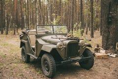 Voiture soviétique russe du camion d'armée d'entraînement à quatre roues de la deuxième guerre mondiale Gaz-67 dans la forêt Photo stock