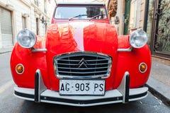 Voiture spéciale rouge de Citroen 2cv6 d'oltimer, vue de face Image libre de droits