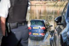 Voiture submergée dans les eaux d'inondation images libres de droits