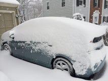 Voiture suburbaine couverte de la tempête de neige Photo stock