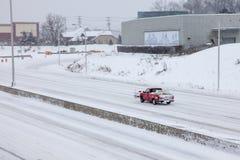 Voiture sur I-95 dans le Connecticut après la tempête 2015 Images libres de droits