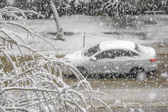 Voiture sur la route avec la tempête de neige, Russie Photos libres de droits