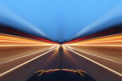 Voiture sur la route avec le fond de tache floue de mouvement Image stock