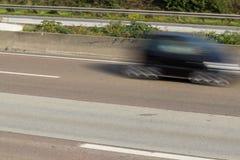 Voiture sur la route dans la tache floue de mouvement Images libres de droits