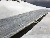 Voiture sur la route dans un tunnel de neige Photographie stock libre de droits