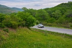 Voiture sur la route de montagne image libre de droits