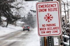 Voiture sur la route du Connecticut après la tempête 2015 Photos stock