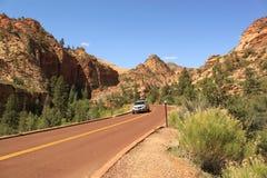 Voiture sur la route scénique, Zion National Park, Utah, Etats-Unis Image stock