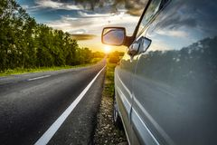 Voiture sur le bord de la route Photo stock
