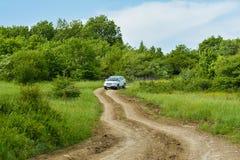Voiture sur le chemin de terre, forestier de Subaru photos libres de droits