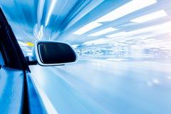 Voiture sur le fond de tache floue de mouvement de petit morceau de route Photo libre de droits
