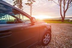 voiture sur le lac au lever de soleil images stock