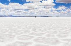 Voiture sur Salar de Uyuni, Bolivie Photos libres de droits