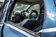 Voiture totale de perte avec l'airbag éclaté et le pare-brise cassé photo stock