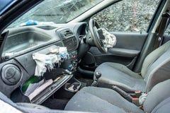 Voiture totale de perte avec l'airbag éclaté et le pare-brise cassé photographie stock