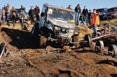 Voiture tous terrains dans le terrain difficile Photo stock