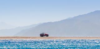 Voiture tous terrains sur une île en Mer Rouge contre le contexte de hautes falaises en Egypte photos stock
