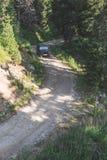 Voiture tous terrains sur une route de montagne Photo stock