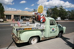 Voiture typique le long de Route 66 en Arizona, Etats-Unis Images stock