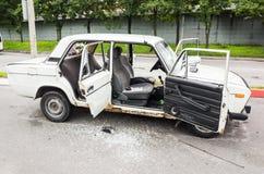 Voiture VAZ-2106 blanche écrasée avec les fenêtres cassées Image stock