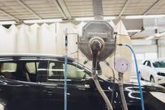 Voiture verte de ponçage de détail à la machine de polissage d'automobile images libres de droits