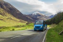 Voiture voyageant avec sur la route de montagne Photo libre de droits