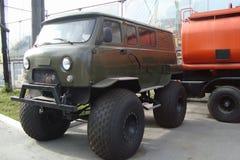 Voiture 4x4 de SUV de véhicule dans la route Photo stock