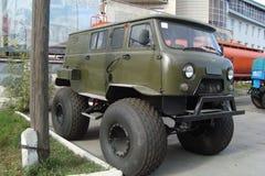 Voiture 4x4 de SUV de véhicule dans la route Image stock