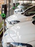 Voitures électriques aux stations de charge Photos libres de droits