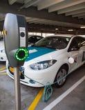 Voitures électriques aux stations de charge Images libres de droits