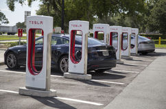 Voitures électriques chez Tesla rechargeant des stations Photos libres de droits