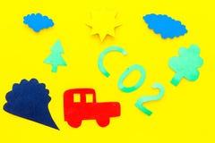 Voitures émettant le dioxyde de carbone Concept de pollution nuisez à l'environnement La voiture et le coupe-circuit de fumée sur Image libre de droits