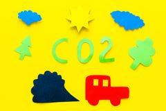 Voitures émettant le dioxyde de carbone Concept de pollution nuisez à l'environnement La voiture et le coupe-circuit de fumée sur Photographie stock