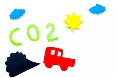 Voitures émettant le dioxyde de carbone Concept de pollution nuisez à l'environnement Voiture et coupe-circuit de fumée sur la vu Photos libres de droits