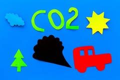 Voitures émettant le dioxyde de carbone Concept de pollution nuisez à l'environnement Voiture et coupe-circuit de fumée sur la vu Photographie stock libre de droits