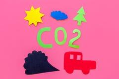 Voitures émettant le dioxyde de carbone Concept de pollution nuisez à l'environnement Voiture et coupe-circuit de fumée sur la vu Image stock
