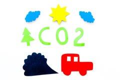 Voitures émettant le dioxyde de carbone Concept de pollution nuisez à l'environnement Voiture et coupe-circuit de fumée sur la vu Photo stock