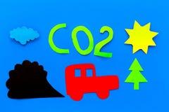 Voitures émettant le dioxyde de carbone Concept de pollution nuisez à l'environnement Voiture et coupe-circuit de fumée sur la vu Photo libre de droits