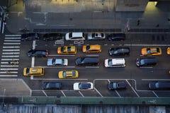 Voitures aériennes sur la Cinquième Avenue à New York images libres de droits