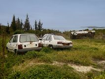 Voitures abandonnées sur la colline par la mer Images libres de droits