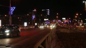 Voitures allant sur la route de rue avec l'illumination la nuit sombre hiver banque de vidéos