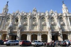 Voitures américaines colorées de vintage devant le palais galicien Photo stock