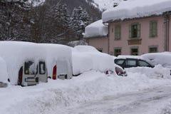 Voitures après les chutes de neige havy photographie stock libre de droits