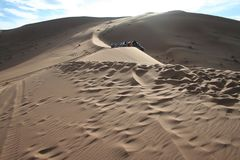 Voitures au-dessus de grandes dunes du sable Photos stock