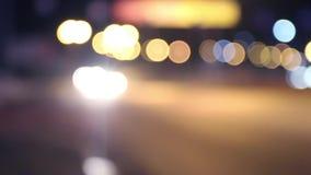 Voitures, autobus et bannières mobiles de la publicité avec l'illumination la nuit banque de vidéos
