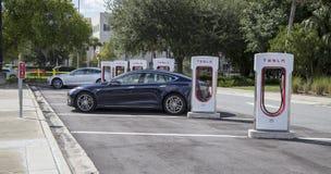 Voitures aux stations de charge de Tesla Image stock