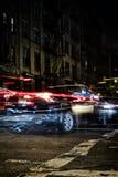 Voitures brouillées la nuit dans Soho, Manhattan, New York images stock