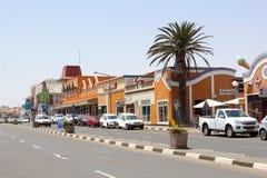 Voitures coloniales de rue de bâtiments, Swakopmund, Namibie Photos libres de droits