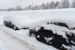 voitures couvertes de neige après chutes de neige Image libre de droits