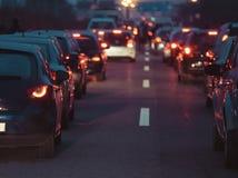 Voitures d'embouteillage dans la rang?e la nuit de cr?puscule de route images stock